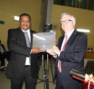 Then WGO Foundation Chairman, Professor Eamonn Quigley, presenting plaque at inauguration ceremony